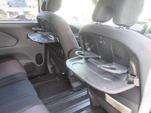 セカンドシートには専用のテーブルがついています!ドリンクホルダーも2つずつ付いています!折りたたんでコンパクトに収納できます!