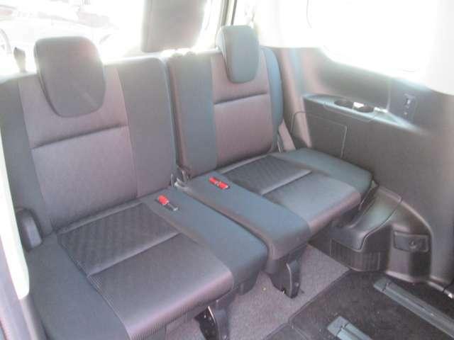 サードシートも足元広くゆったりとしたスペースです!乗り降りもしやすいのでラクラクです!
