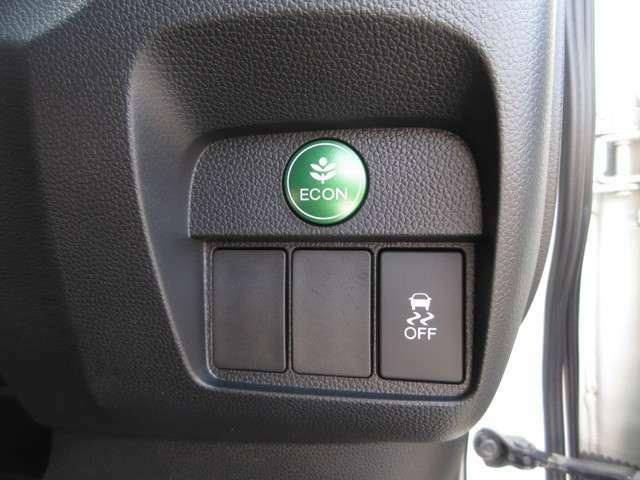 燃費を抑えるECON、横滑りを防ぐVSA等のスイッチ類は運転席の右側、手の届きやすい位置にあります。