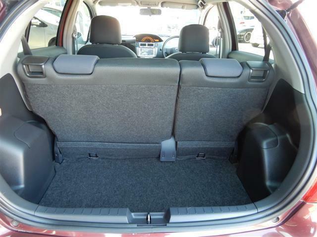 コンパクトで使い易いラゲッジルームです。大きな荷物を載せる時は後席シートを倒せばスペースアップします。
