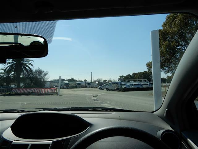 視界が良い運転席で、ハンドルも軽く小回りもしやすく燃費もいいので街乗りにはもってこいです。