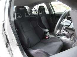 運転席・助手席はRECAROシートで高速域でもしっかり体をホールドします!