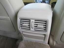 後席専用のエアコン吹き出し口です!左右に独立しているのでとても快適です!