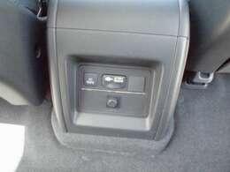 センターコンソール背面には、100V電源が装着されています。