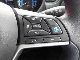 同一車線運転技術 プロパイロット。高速道路での渋滞・巡航走行をドライバーに代わってアクセル・ブレーキ・ステアリングを自動で制御します。