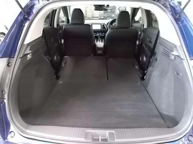 後部座席の背もたれもワンアクションで簡単に前方へ倒すことが可能です♪レジャーにも大活躍!お荷物が多いシーンでもしっかり対応できます。