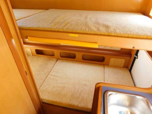 後部常設2段ベッド 上段サイズ 182cm×80cm 下段サイズ 188cm×76cm