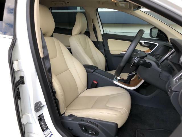 ●ベージュレザーシート:ゆったりとしたドライバースペースで、長時間の運転でも快適にお過ごしいただけます。