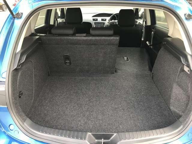後席のシートバックは6対4の比率で倒せる分割可倒式。片側を倒して長い荷物等載せることができます。