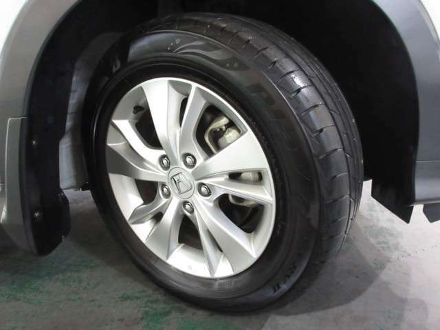 タイヤは ブリヂストン プレイズ 8分山程度 2020年製がついています。そして足元を精悍に引き締めるホンダ純正16インチアルミホイール、おしゃれは足元から、カッコイイですね!