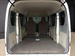 リヤシートを収納すれば、画像のようにフラットで広々とした荷物スペースが出現します。大きな容量の荷物や長尺物も積み込み可能です。普通車も驚きの広い室内が魅力です★☆★☆★