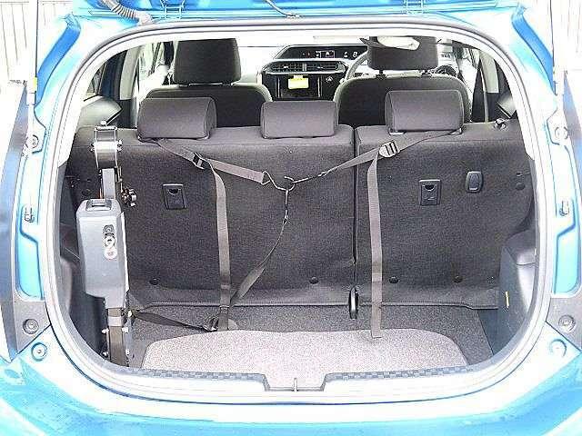 リアシートは可倒タイプになりますので、シートを倒せば大きな荷物の搭載も可能ですよ♪