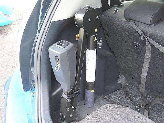 車イスを搭載する際に役立つ、折りたたみ式の車イス搭載用の補助クレーン装着車!