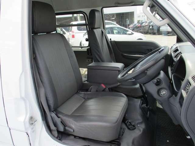 シート色はグレー色です&適度に身体をサポートしてくれる形状のシートでロングドライブでも疲れにくいです。