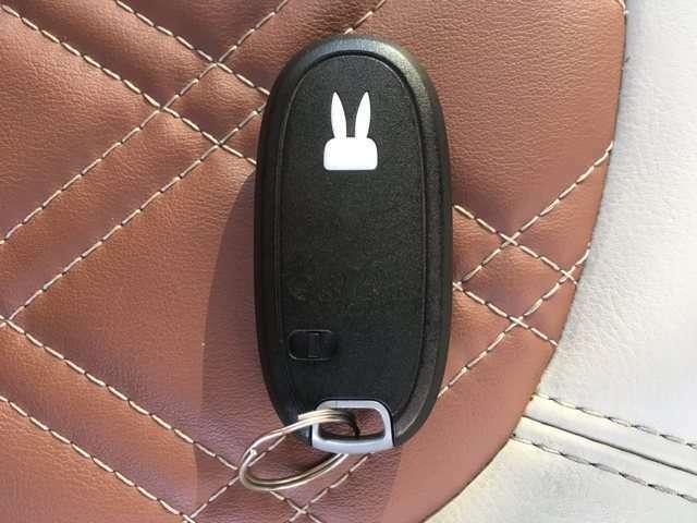 【スマートキー&プッシュスタート】ドアハンドルを軽く握るだけでドアロックを解錠でき、施錠はドアハンドルのロックスイッチを押すだけでブレーキを踏みながらエンジンスイッチを押すだけで、エンジンが始動!