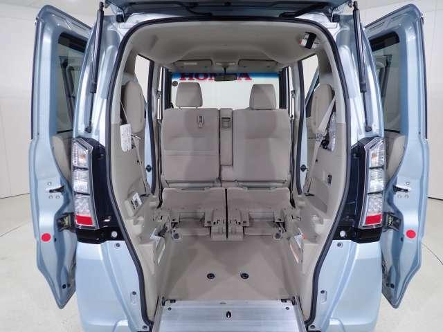 後席をたたみ、低く斜めの床の広びろ荷室も可能に。