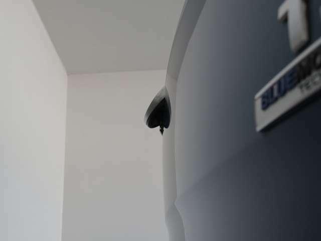 リアゲートのエンブレムに格納されるビルトイン式リアビューカメラ