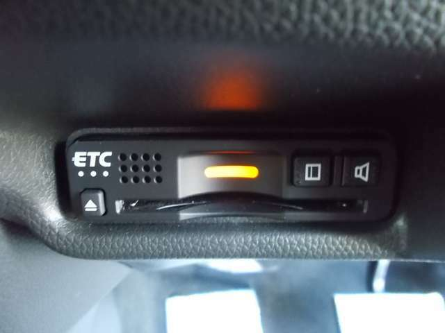 高速道路のご利用時にとても便利なETC車載器付。カードをセットするだけで高速道路を利用でき、お財布にも優しく,料金所をノンストップで通過でき便利です。