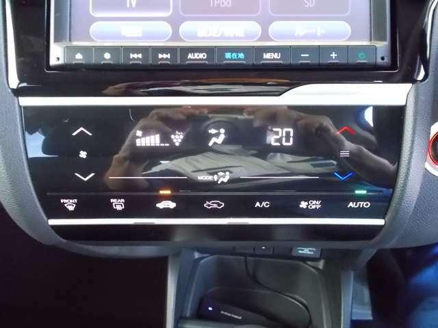 【フルオートエアコン】が装備されいます。好みの温度に設定するだけで、エアコンの風量やモード切替を自動でコントロールしてくれます。操作が少ないので、燃費が良くなり運転に集中出来る為安全運転にもなります。