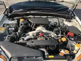 エンジンルームもピカピカに仕上げます。エンジンルームが汚れていると不具合の原因にもなります。逆にオイル漏れなどの異常がおきたときには原因をみつけやすいですよ。
