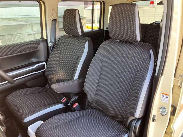 初代はベンチシートでしたが、2代目ハスラーはセパレート式のシートへ変更され荷物を置いたりすることができるようになりました。助手席シート下のバケツ収納は健在♪