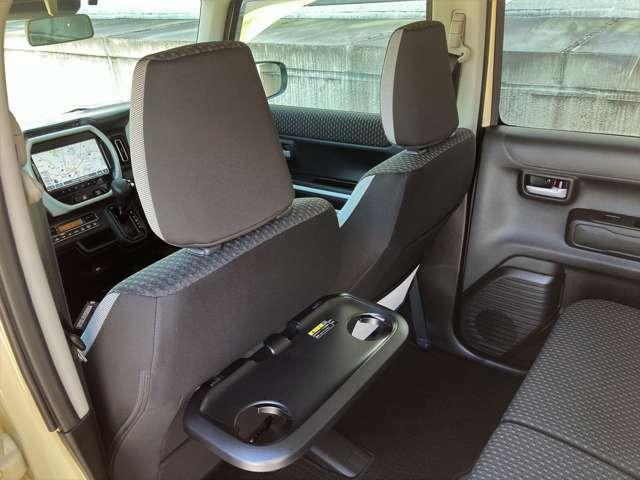 助手席背もたれ部分にはパーソナルテーブルが備わって、後席での快適さがさらに良くなりました!