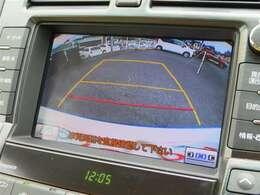 こちらのバックカメラは画面にラインが表示されておりますので、バック時のクルマの進行方向の目安になります。より高いレベルで車庫入れをサポートする、便利な機能ですね。