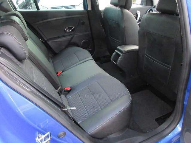 後部座席のハーフレザーシートにも切れや破れや焦げ穴等はありません♪汚れがちなフロアマットも使用感が少なくキレイな状態で清潔感の有る車内になっております♪
