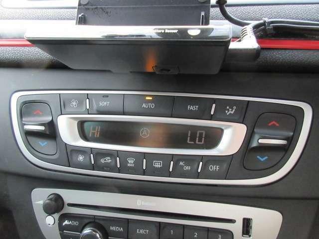 Bプラン画像:エアコンは左右独立型になっており運転席と助手席で別々の温度設定が可能です♪パネルやスイッチ類には汚れやキズ等も少なくキレイな状態です♪