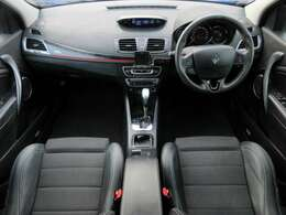 GTラインはハーフレザー+スポーツシートが標準装備となっております♪内装はブラックを基調としたシックで落ち着いた雰囲気の車内です♪パネル類にも目立つキズや汚れ等も無くとてもキレイな状態です♪