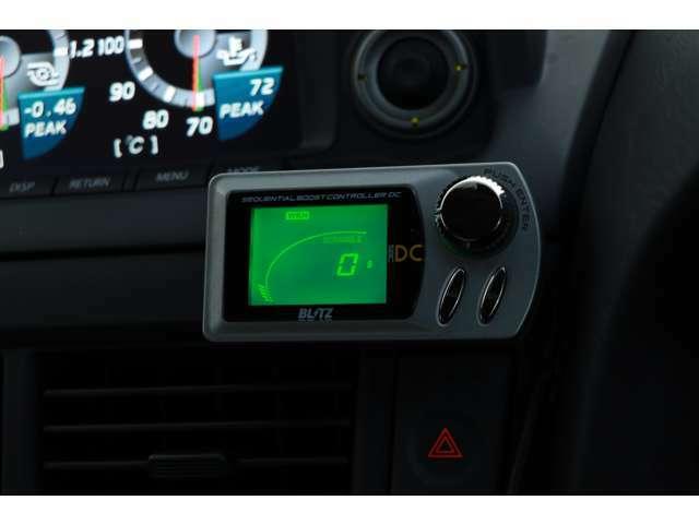 ブースト圧をスイッチ一つで簡単に変更可能なBRITZブーストコントローラーが装備されております。