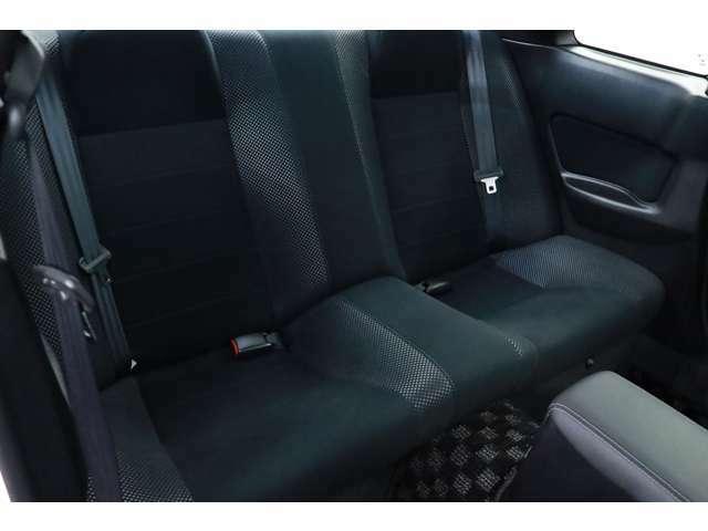 後部座席は大人の方でもゆったりとご乗車いただけます。シートコンディションもよく大変良好な状態を保っております。