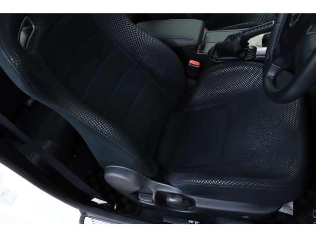 専用設計のハイバック式のバケットシートが採用されております。 軽量で高剛性が追求され、ショルダ一部分のホールド性にまで配慮されているデザインでございます。