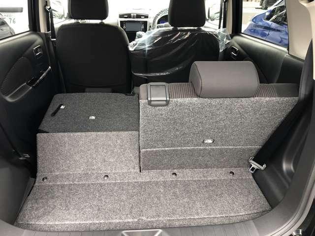 後部座席は片方ずつ倒すことができ長い荷物も積めます。