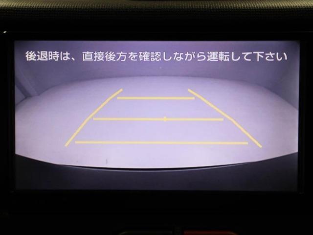 後退時に車両の後ろ側をモニター画面に表示します。車庫入れなどでバックする際に後方確認ができて便利です。車庫入れが苦手な人もこれで安心ですよ♪