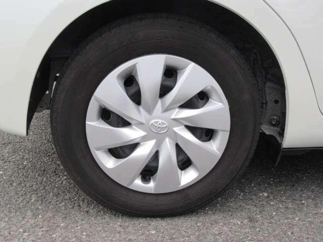タイヤサイズは14インチです!純正のホイールカバーが付いています!