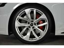 シャープなデザインの20インチホイールには、前後通しで275/30ZR20サイズのタイヤが装着されます。