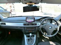 イルミ連動でブルーのフットランプが点灯!車内もキレイでイヤなニオイもせず快適空間!オートエアコンなので温度を設定しておけば自動で風量などを調整してくれてとても便利!