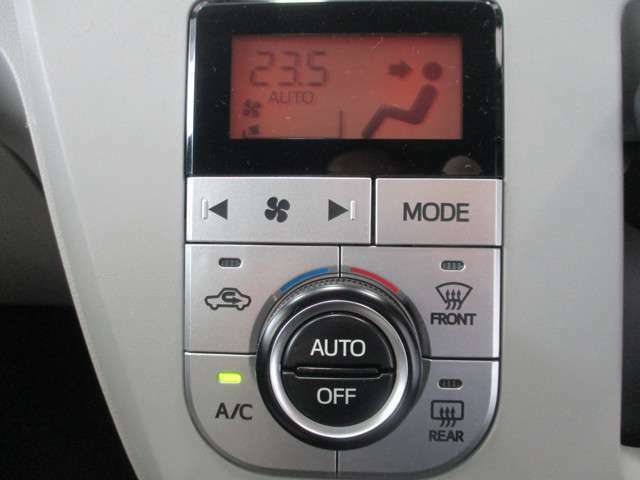 操作しやすいオートエアコン。 温度を設定すれば、自動的に過ごし易い温度に。車内をいつも快適に保つ事が出来ます。