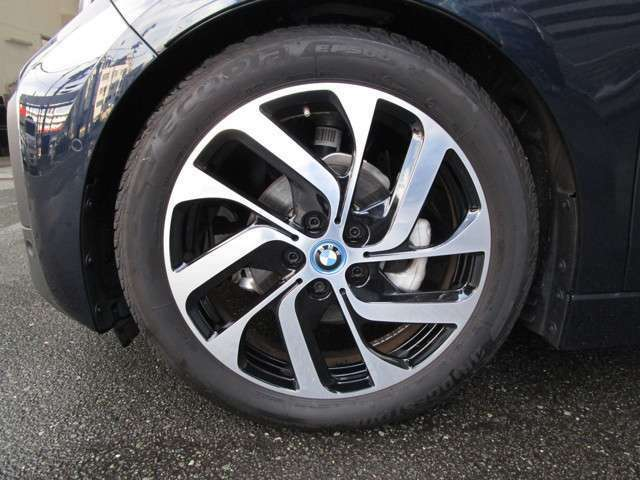 i3専用の19インチホイール&専用タイヤを装備☆お問合せ(無料ダイヤル)0066-9711-613077迄お待ちしております。