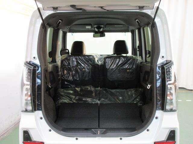 後席を倒すと、背の高い大きな荷物を積む事ができる広い荷室になります。