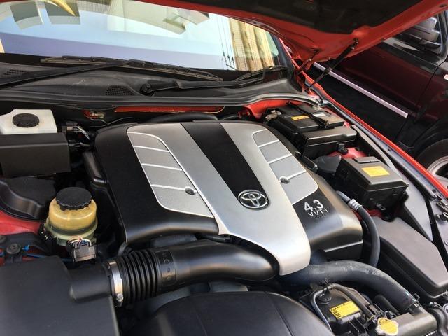 搭載されるエンジンは4.3LのVVT-i機構付きV8 DOHCユニット、組み合わされるトランスミッションはAI-SHIFT機能で、道路状況と運転者の意図に合わせた最適なシフトパターンが自動選択される5速AT。