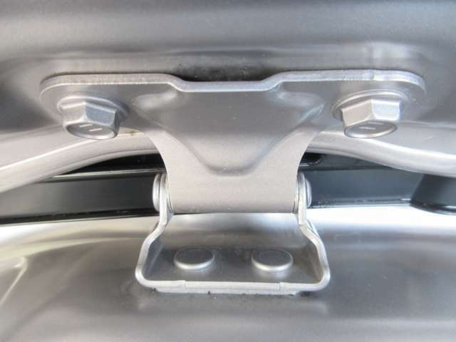 後ハッチ取付部です。水アカの付着しやすいところですが、すみずみまで洗浄します