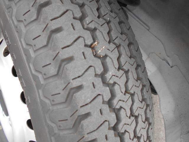 フロントタイヤはタイヤ溝も充分に残っています。
