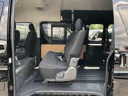 ハイエース純正のベンチシートを2脚使用!クッションも厚く長時間ドライブも楽々です!