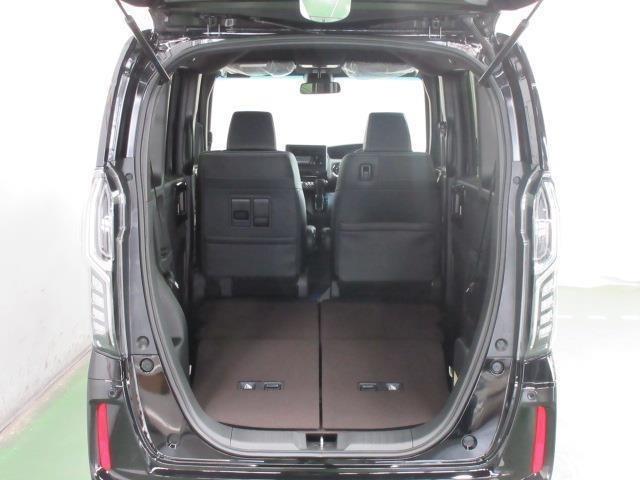 後席を倒すと、軽自動車とは思ええない程広い荷室になります。