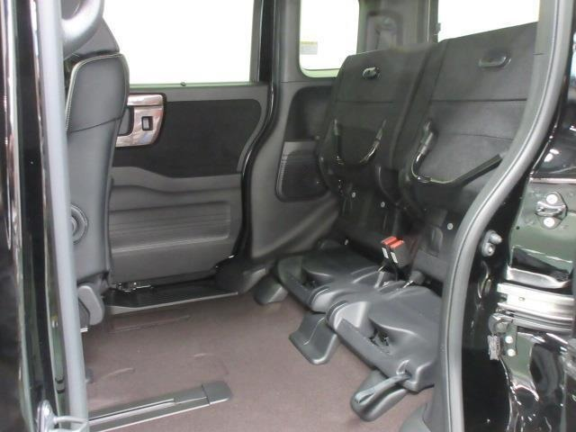 後席の座面を起こすと、室内に背の高い荷物を載せる事ができます。