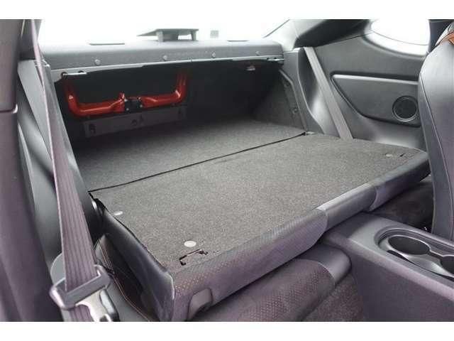 リアシートのシートバックを倒せばトランクスルーとしても利用可能!