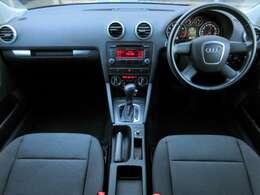 内装はブラックを基調としたスポーティーで高級感のある雰囲気の車内になっております♪パネル類にも目立つキズや汚れ等も無くとてもキレイな状態です♪