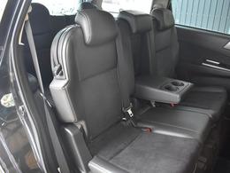 後部座席も目立った汚れはございません。後部座席はリクライニング可能。真ん中にドリンクホルダー付きのテーブルが収納されています。